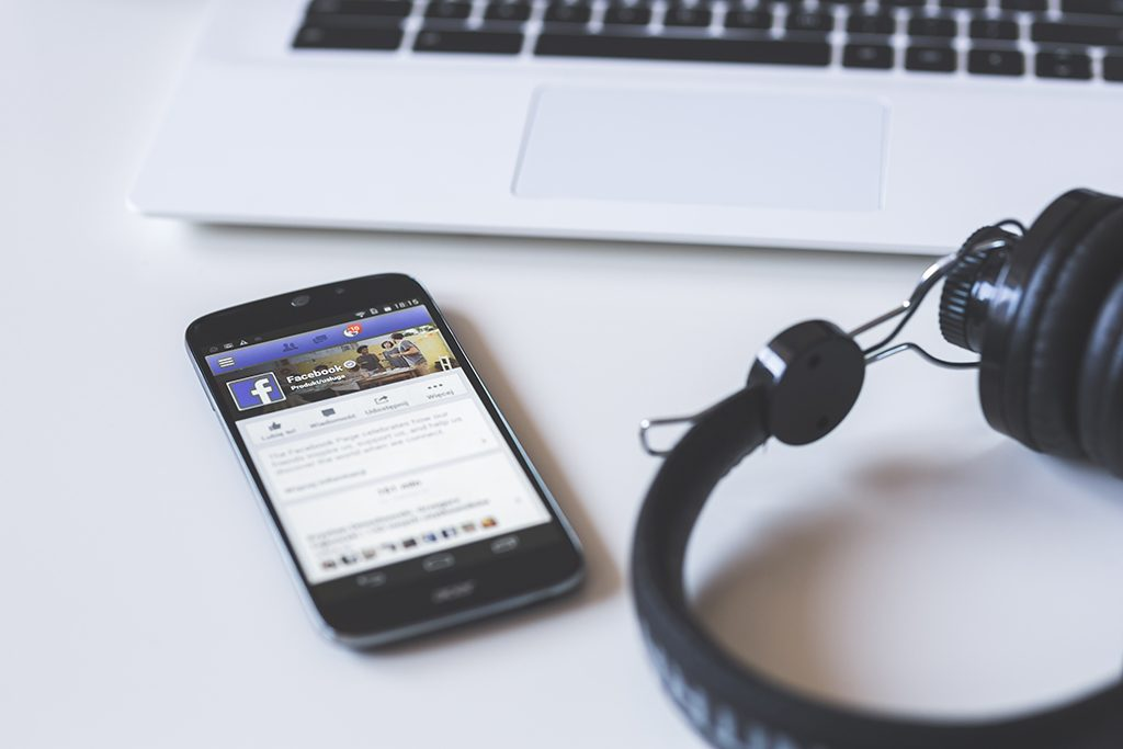kaboompics-com_facebook-on-mobile-phone-screen